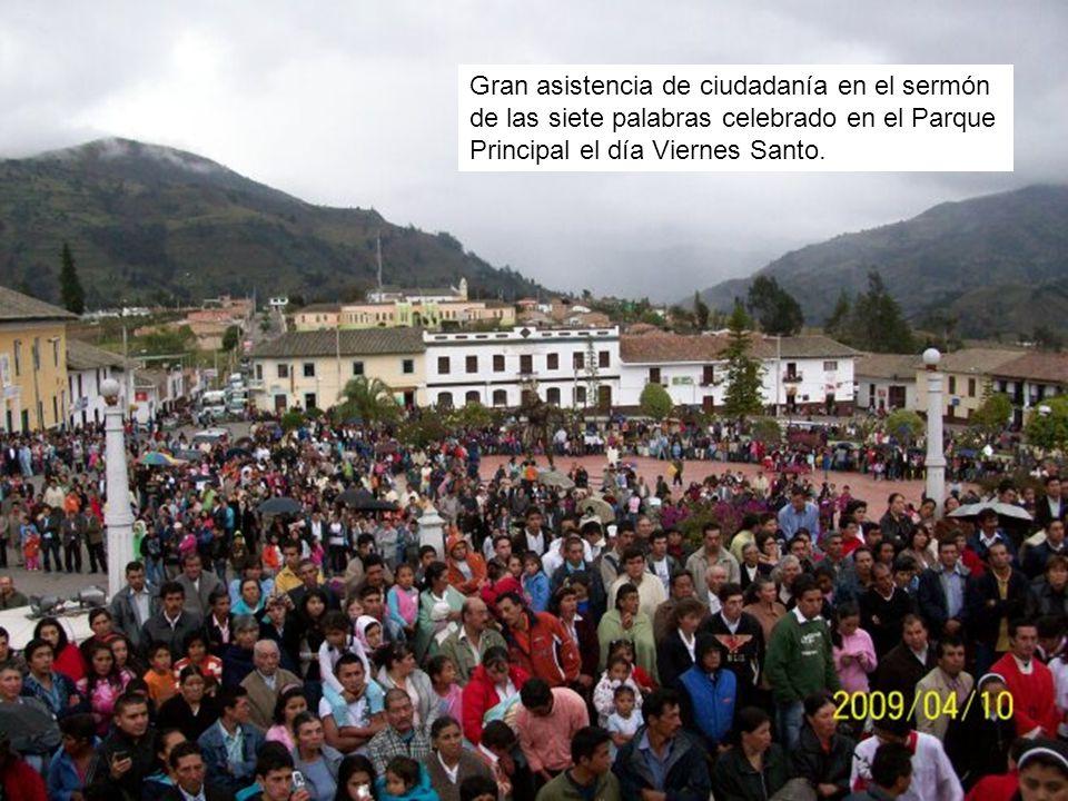 Gran asistencia de ciudadanía en el sermón de las siete palabras celebrado en el Parque Principal el día Viernes Santo.