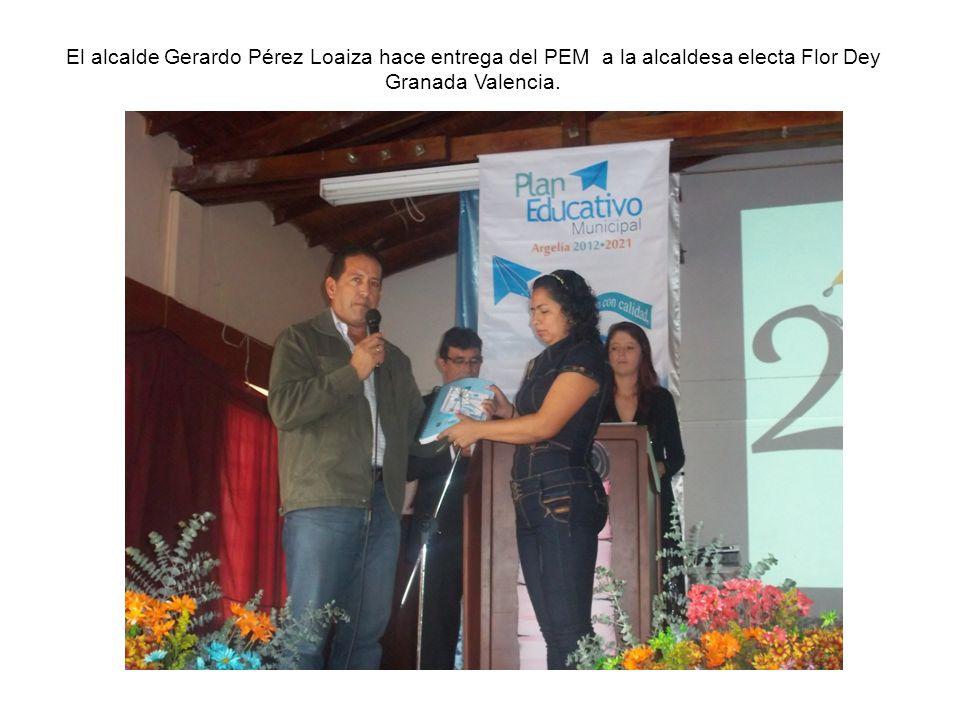 El alcalde Gerardo Pérez Loaiza hace entrega del PEM a la alcaldesa electa Flor Dey Granada Valencia.