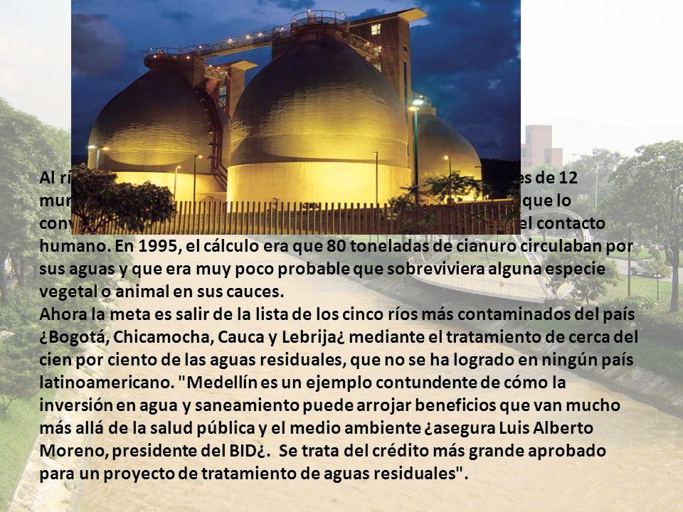 Al río Medellín llegan las descargas residenciales e industriales de 12 municipios densamente poblados y de más de 64 quebradas, que lo convierten, ju