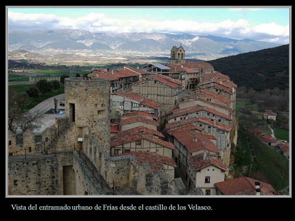 Frías. A la izquierda el imponente Castillo de los Velasco, más allá las casas colgadas sobre el macizo pétreo de la Muela. Frías tiene el honor de se