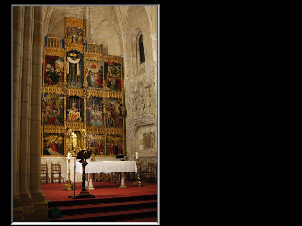 Interior de la iglesia Santa Cruz donde destaca un espléndido retablo con tablas góticas pintadas sobre madera de la escuela castellana. En el centro