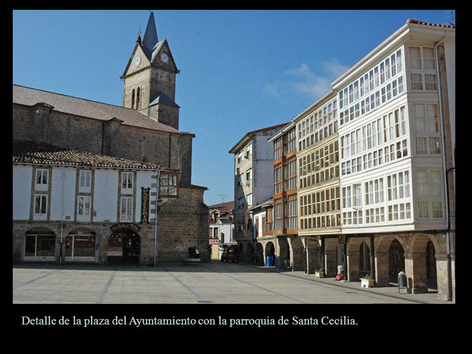 Espinosa de los Monteros. Palacio de los Marqueses de Chiloeches construido en los siglos XVI y XVII. Presenta dos esbeltas torres con un cuerpo centr