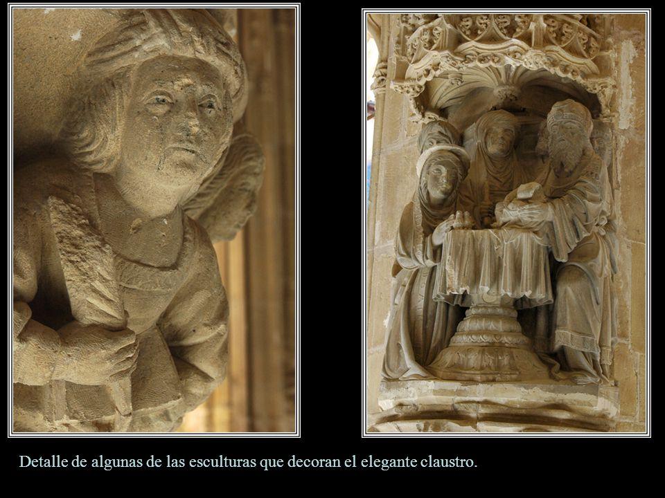 Detalle de algunas de las esculturas que decoran el elegante claustro.