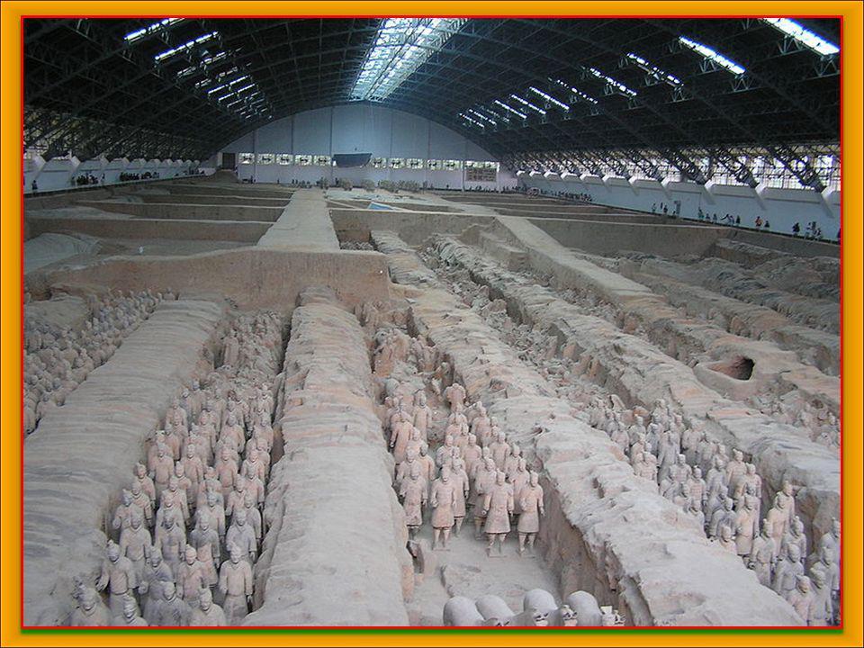 La segunda fosa abierta al público contiene 69 figuras y es conocida como la fosa de los generales. Se cree que representa al estado mayor del ejércit