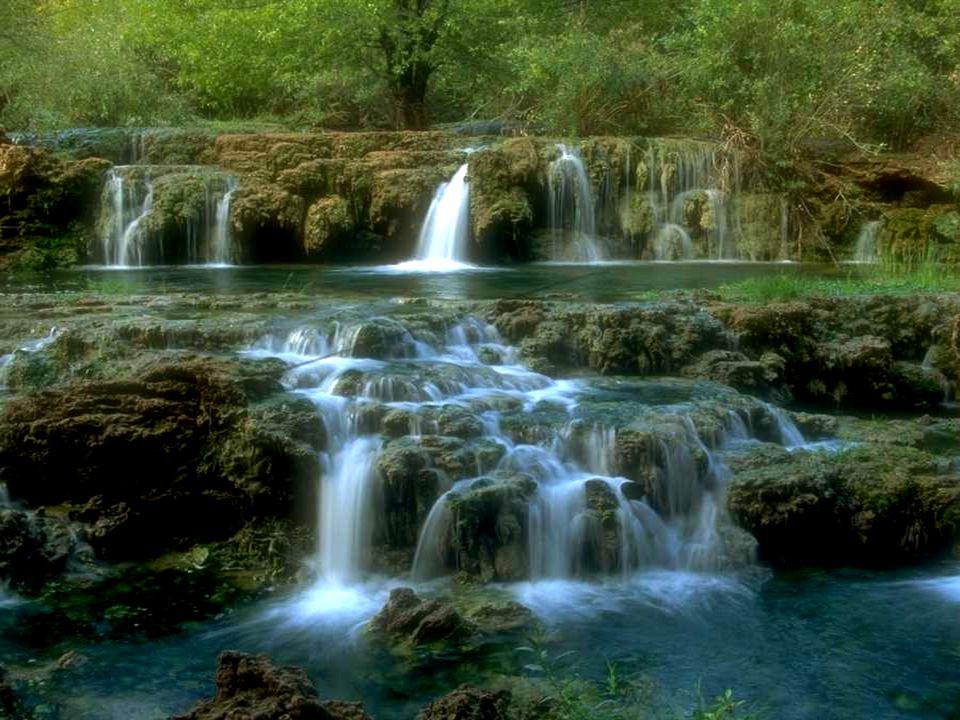 Nada es más suave y, al mismo tiempo, tan fuerte como el agua, que fluye firme y lentamente, con la sabiduría de tener el mismo destino del hombre: seguir adelante.