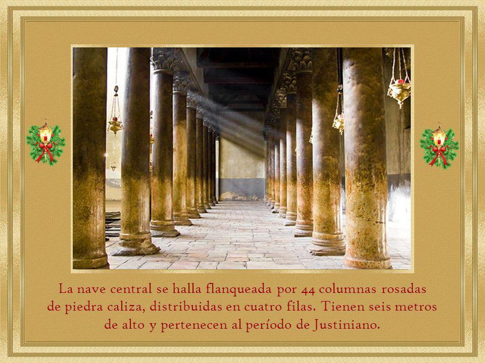 El acceso principal a la Basílica se encuentra en el lado oeste y es por medio de una puerta de 1,20 cm llamada puerta de la humildad porque los visitantes deben entrar inclinándose.