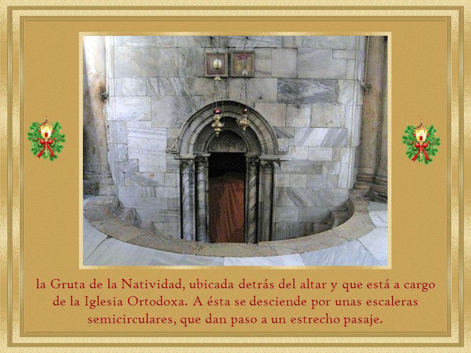 En el primer plano está el altar principal de la Comunidad Ortodoxa Griega.
