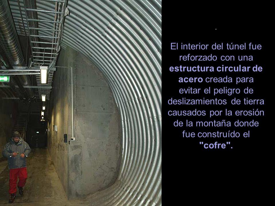 . El interior del túnel fue reforzado con una estructura circular de acero creada para evitar el peligro de deslizamientos de tierra causados por la erosión de la montaña donde fue construído el cofre .