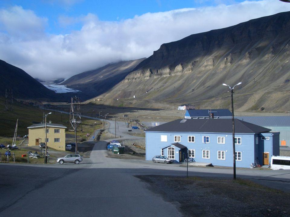 EL Arca de Noé de las semillas fue construida en Longyearbyen, un pequeño pueblo minero en la isla de Spitsbergen, que forma parte del archipiélago noruego de Svalbard al norte de Noruega, cerca de1.000 kilómetros del Polo Norte.
