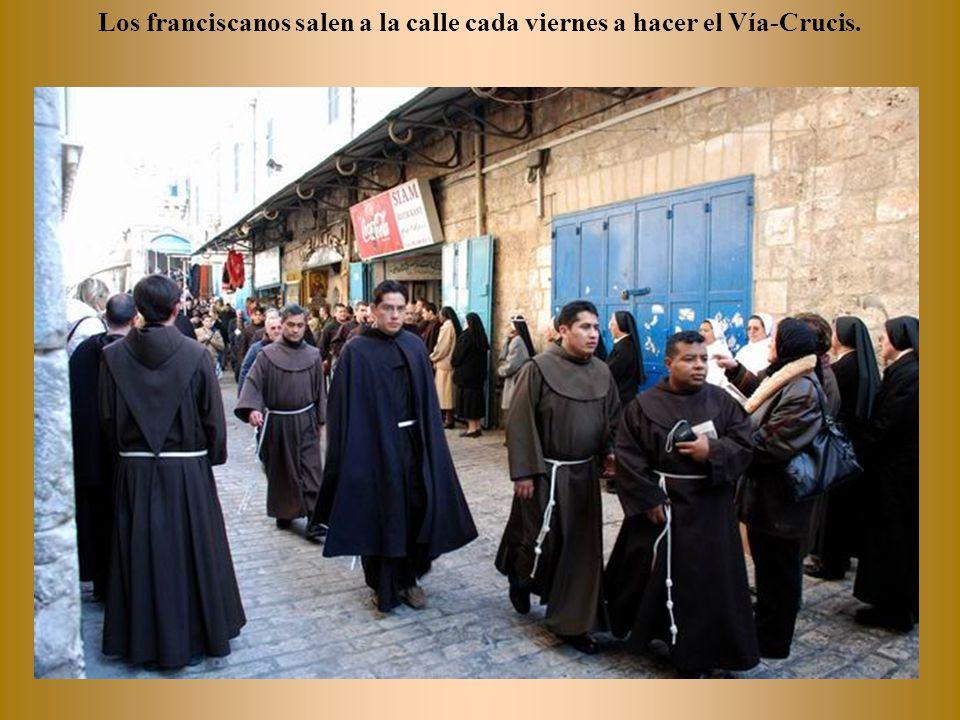 Los griegos leen sus plegarias y el sacerdote que preside sale con ellas cuando acaban.