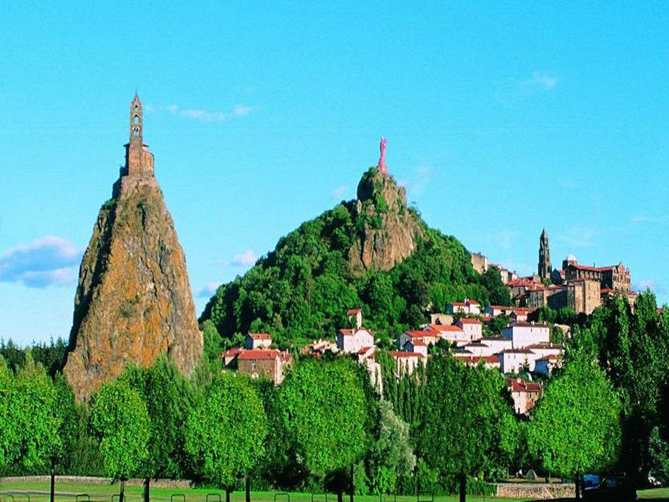 Le Puy en Velay es un pueblo pintoresco con aire medieval. Está en la región Auvernia, en Francia, en el departamento del Alto Loria. FRANCIA Le Puy e