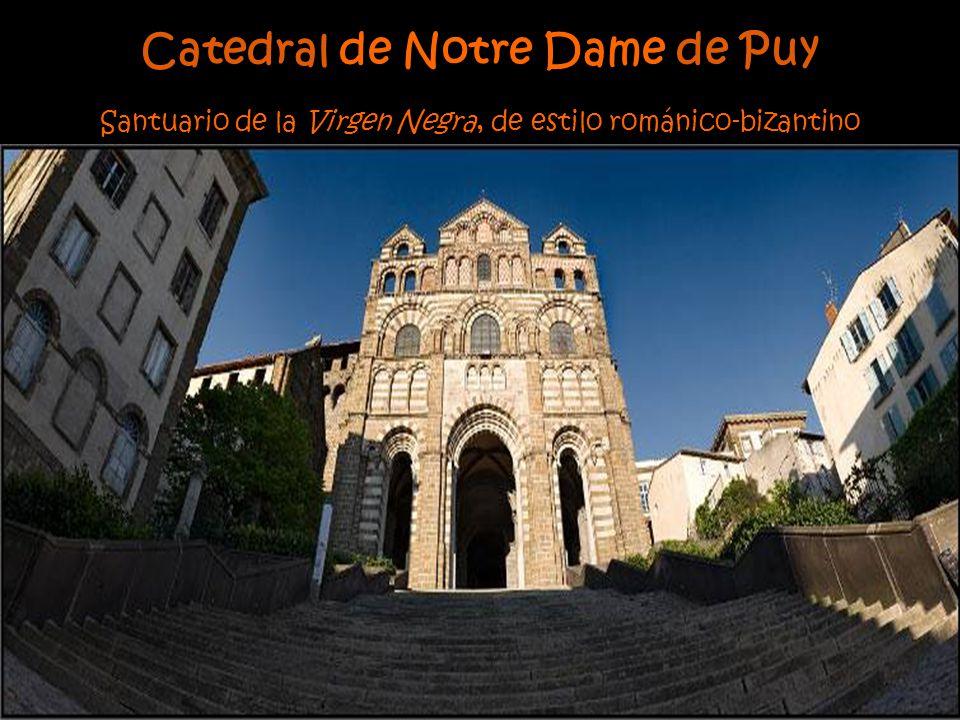 La arquitectura medieval es una de las características más importantes de este pueblo. Muestra de ellos es la Catedral de Le Puy y el Hôtel Dieu Saint
