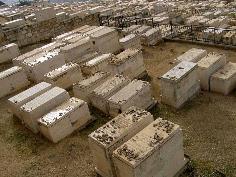 Porque razón los judíos colocan pequeñas piedras sobre las tumbas.