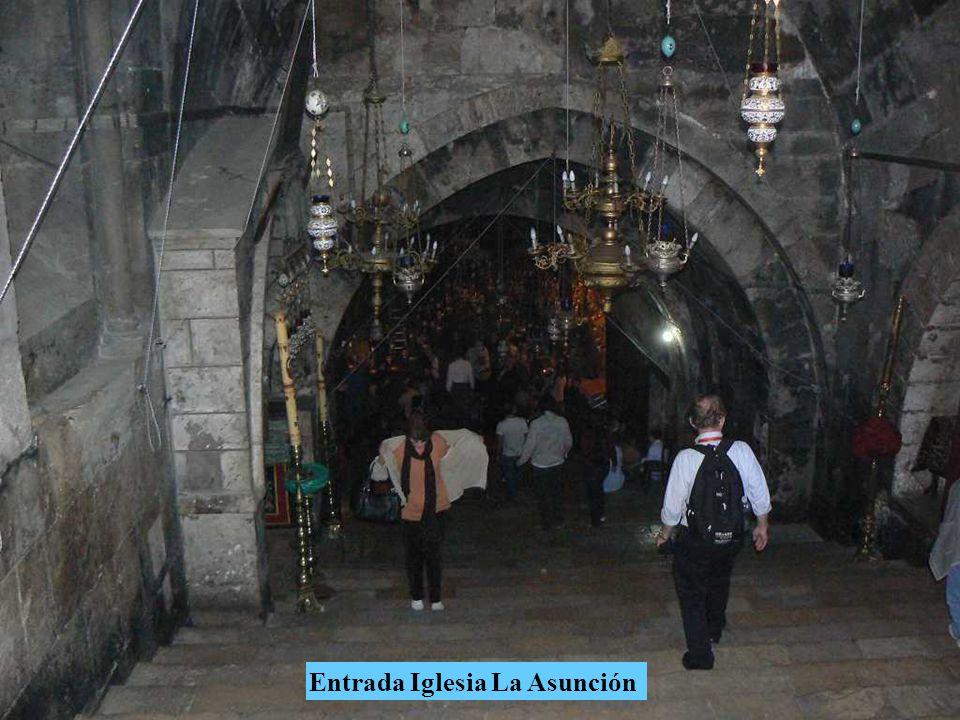 Cruzando el torrente Cedrón, el primer monumento que vemos a la izquierda al pie del Monte de los Olivos es la Iglesia de la Asunción erigida sobre la tumba que recibió los restos mortales de la Santísima Virgen.