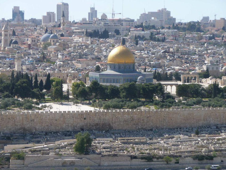 Jerusalem es la capital de Israel y su ciudad más grande y poblada, con 763.800 residentes en un área de 125,1 kilómetros cuadrados si se incluye Jerusalem Este.