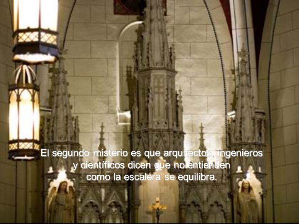 Hay 3 misterios aquí, explica el porta voz de la capilla: el primer misterio es que no se sabe hasta hoy quien es el hombre que construyó la escalera.