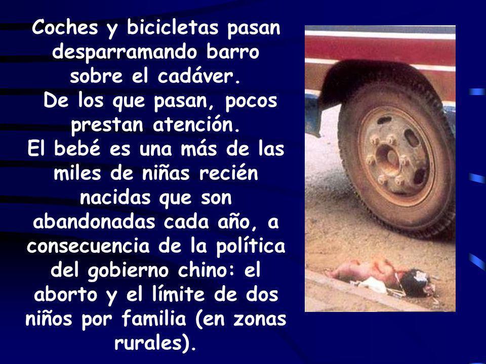 Coches y bicicletas pasan desparramando barro sobre el cadáver.
