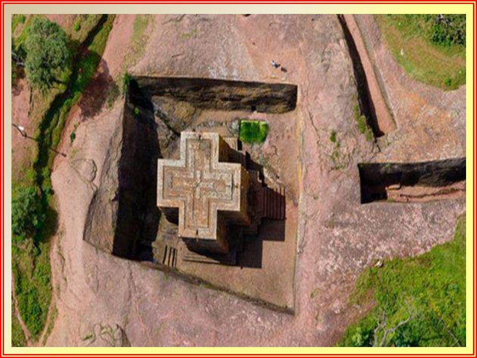 Las doce iglesias fueron excavadas bajo la superficie de la tierra, llegando en algunos casos a alcanzar los 15 metros de altura. Rodeadas por patios