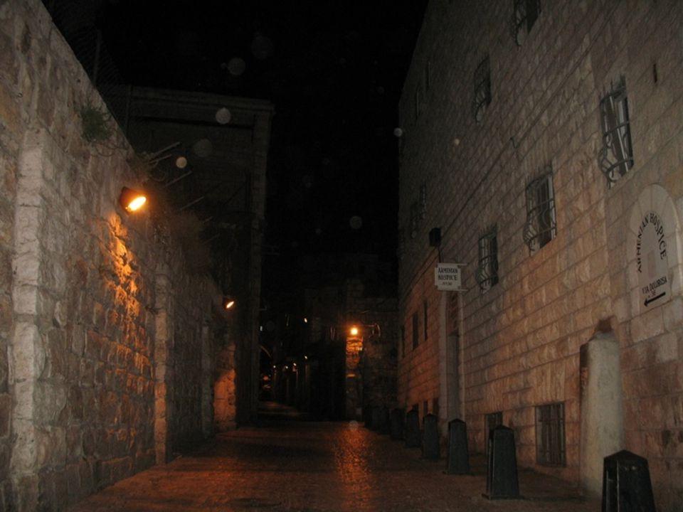 Via Dolorosa de noche La Vía Dolorosa es el recorrido que siguió Jesús desde el lugar donde fué condenado hasta el lugar donde fue crucificado, caminando con la cruz.