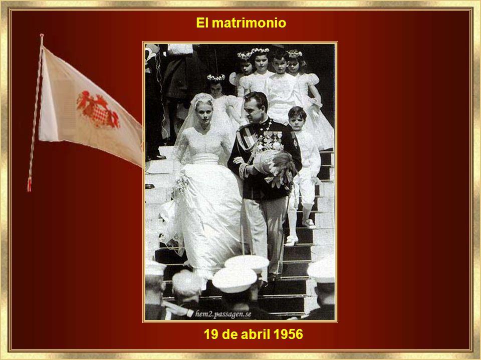 El compromiso con el Príncipe Rainiero III - 05 de enero 1956 Llevaba la flor que era su pasión legendaria - la orquídea