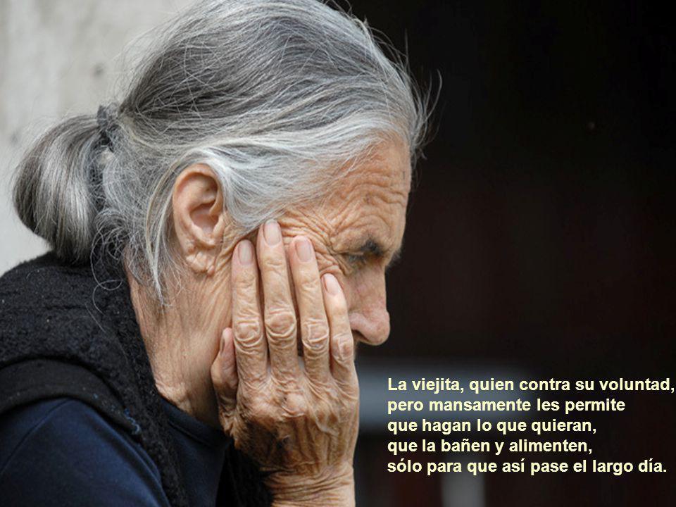 La viejita, quien ustedes creen que no se da cuenta de las cosas que ustedes hacen y que continuamente pierde el guante o el zapato.