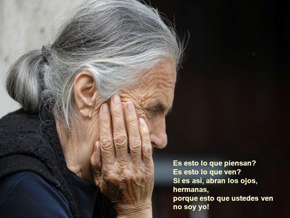 La viejita, quien contra su voluntad, pero mansamente les permite que hagan lo que quieran, que la bañen y alimenten, sólo para que así pase el largo día.