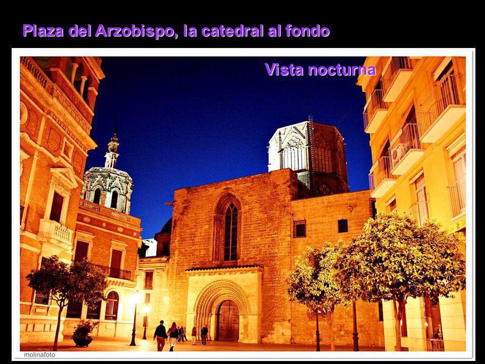 Plaza del Arzobispo, la catedral al fondo Vista nocturna
