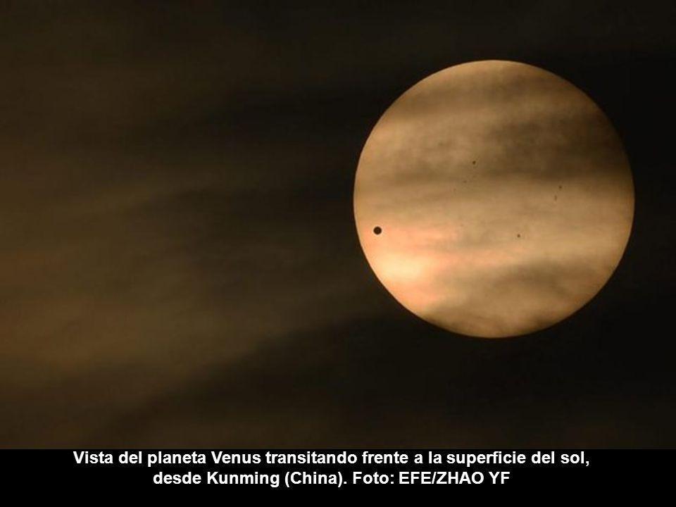 Venus cruza la superficie del sol en Guadalajara, México. (Foto: AFP/hector guerrero)