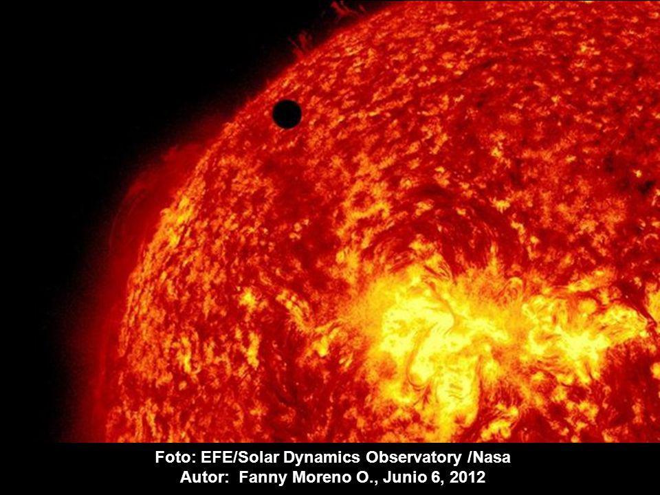 Imagen de la NASA, tomada por el Observatorio de Dinámica Solar (SDO en inglés) que muestra al planeta Venus (pequeño punto negro) en su tránsito entre el sol y la tierra y que no se repetirá hasta 2117.