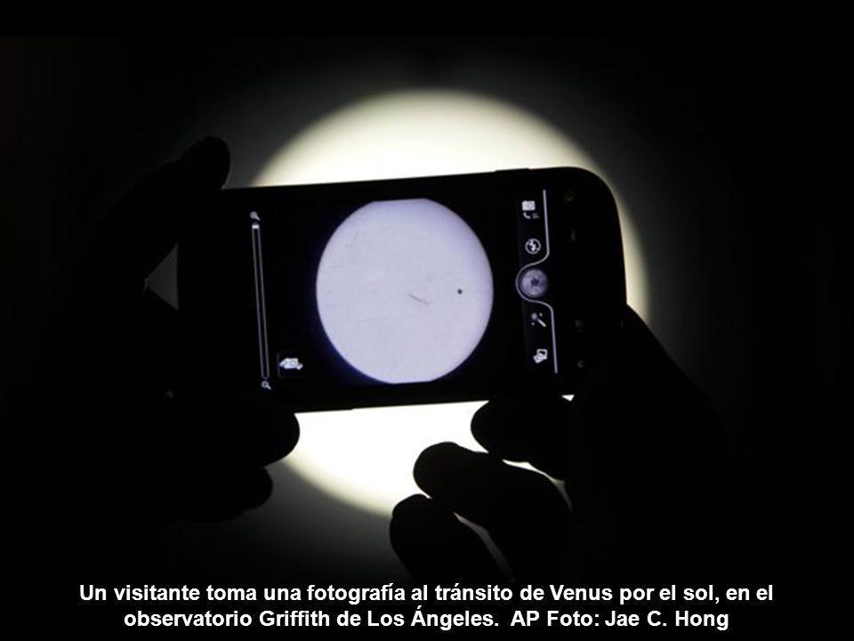 Estudiantes de la escuela pública Petersham utilizan gafas especiales mientras observan el tránsito de Venus, en Sydney, Australia.