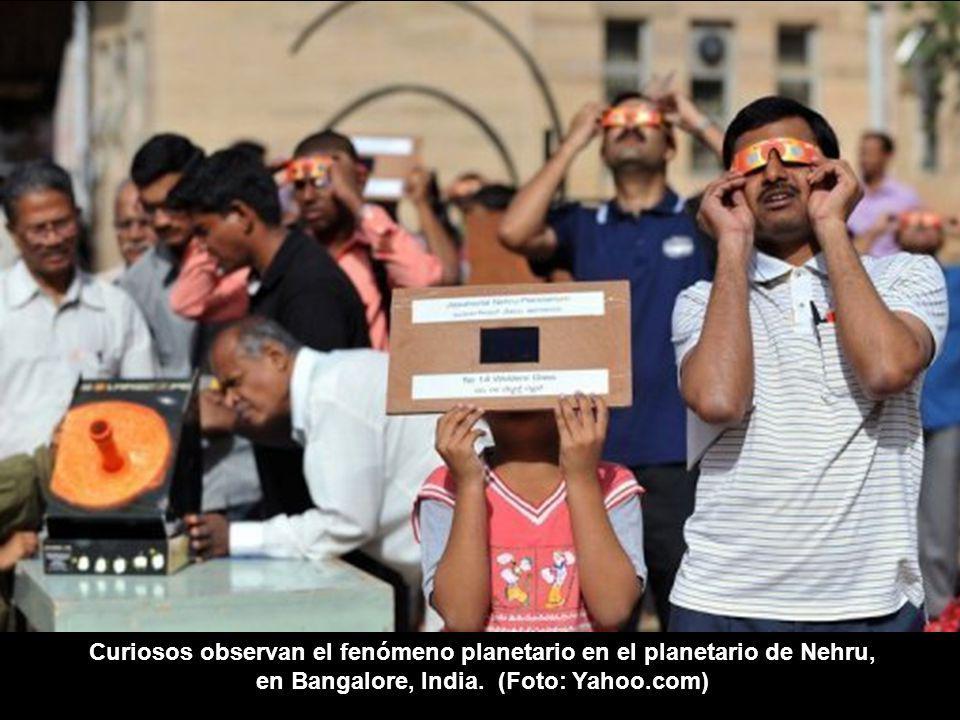 Curiosos observan el fenómeno planetario en el planetario de Nehru, en Bangalore, India.