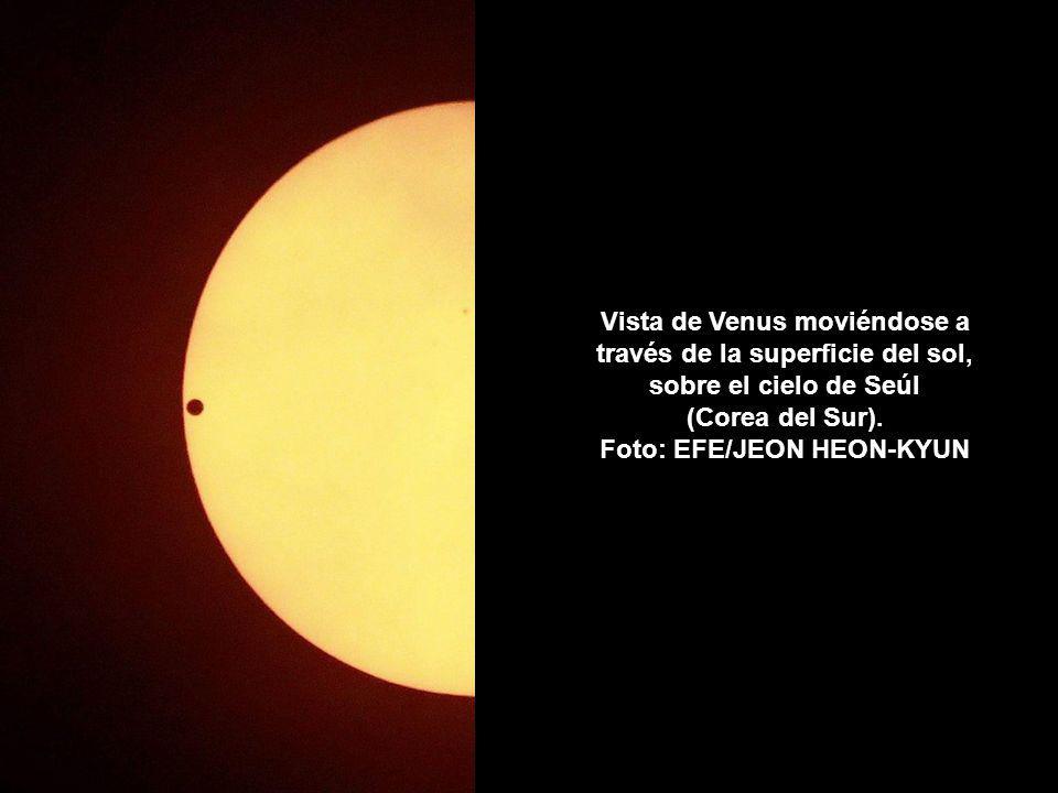 Vista de Venus moviéndose a través de la superficie del sol, sobre el cielo de Seúl (Corea del Sur).