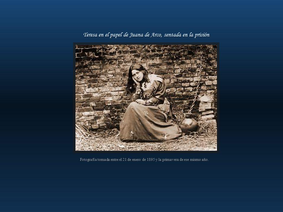 Foto sacada en el patio de Lourdes, hoy desaparecido, que se encontraba cerca del lugar donde actualmente está la Urna de las reliquias de la Santa. T