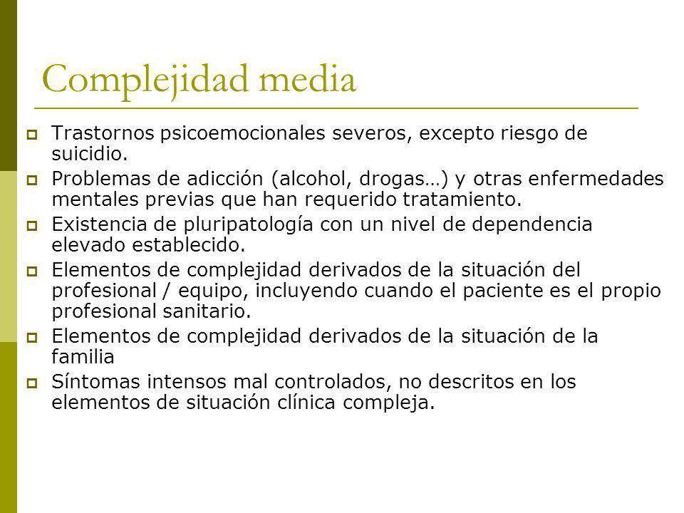 Complejidad media Trastornos psicoemocionales severos, excepto riesgo de suicidio. Problemas de adicción (alcohol, drogas…) y otras enfermedades menta