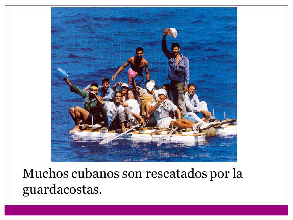 Muchos cubanos son rescatados por la guardacostas.