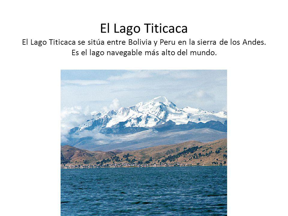 El Lago Titicaca Los indígenas construyen balsas, es decir, botes de balsa, usando balsa, una materia nativa de la zona.