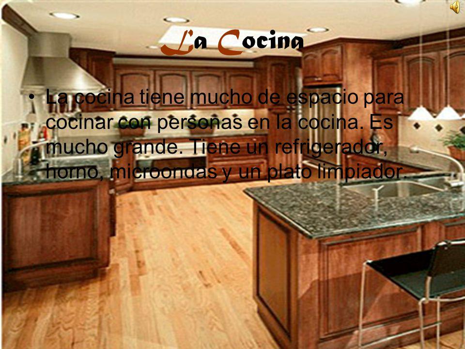 La Cocina La cocina tiene mucho de espacio para cocinar con personas en la cocina. Es mucho grande. Tiene un refrigerador, horno, microondas y un plat
