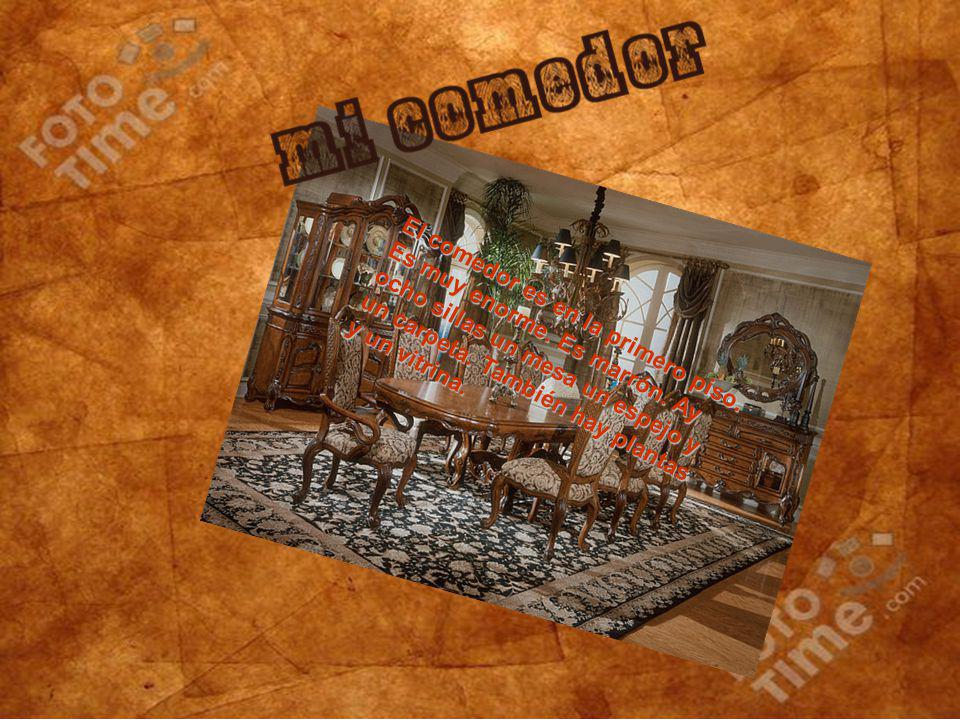 El comedor es en la primero piso. Es muy enorme. Es marrón. Ay ocho sillas un mesa un espejo y un carpeta. También hay plantas y un vitrina.