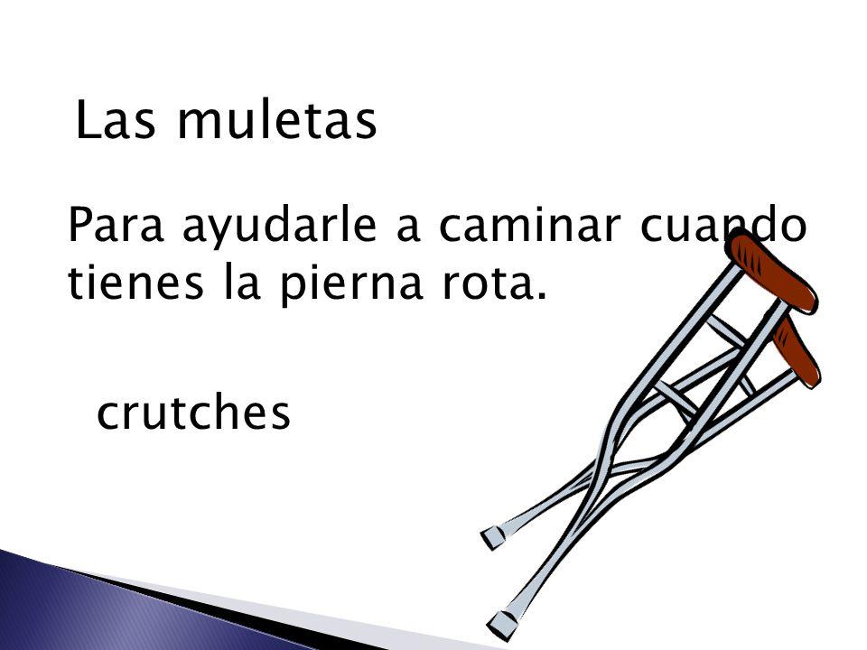 Las muletas Para ayudarle a caminar cuando tienes la pierna rota. crutches