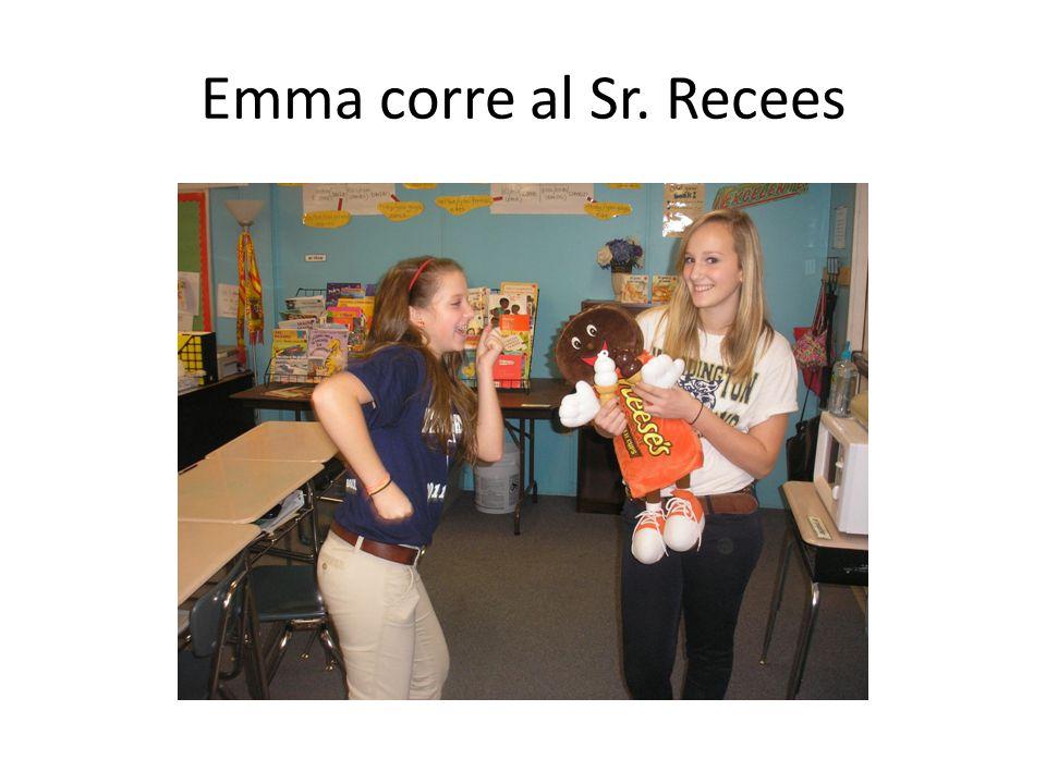 Emma corre al Sr. Recees