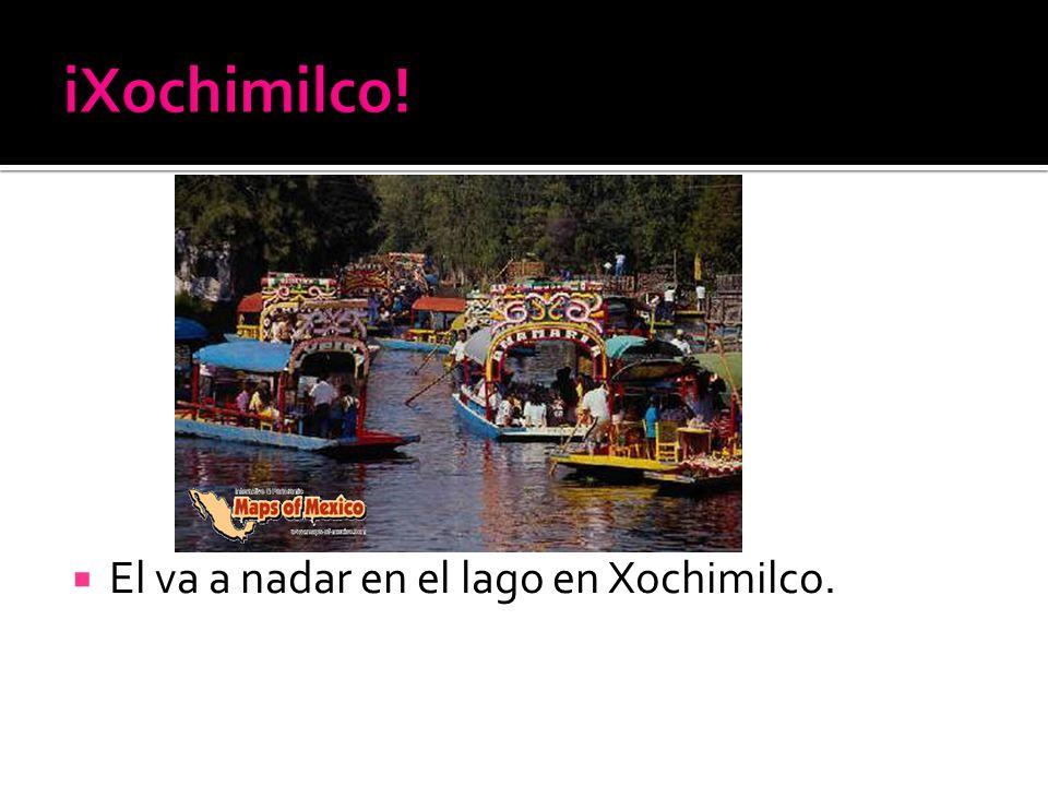 El va a nadar en el lago en Xochimilco.