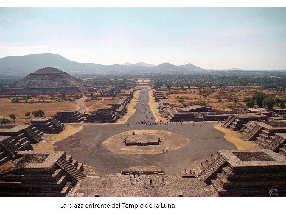 La plaza enfrente del Templo de la Luna.