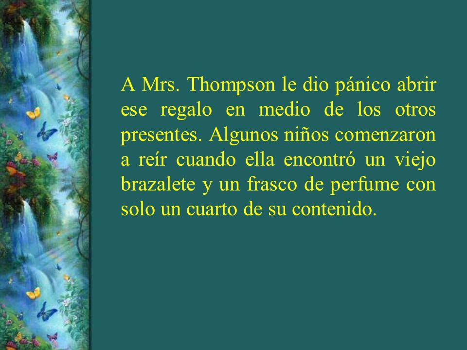 A Mrs. Thompson le dio pánico abrir ese regalo en medio de los otros presentes. Algunos niños comenzaron a reír cuando ella encontró un viejo brazalet