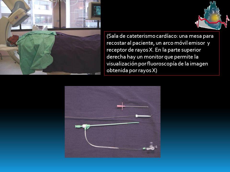 (Sala de cateterismo cardíaco: una mesa para recostar al paciente, un arco móvil emisor y receptor de rayos X. En la parte superior derecha hay un mon