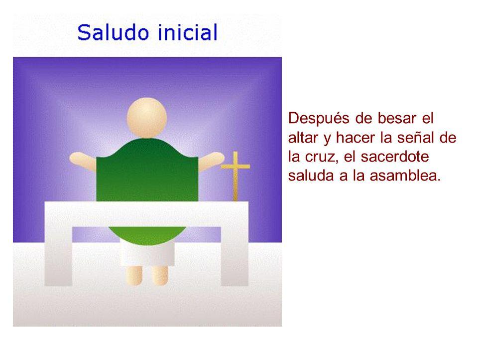Después de besar el altar y hacer la señal de la cruz, el sacerdote saluda a la asamblea.