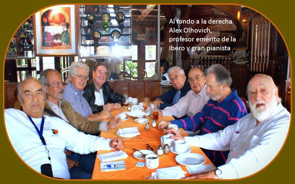Al fondo a la derecha Alex Olhovich, profesor emérito de la Ibero y gran pianista