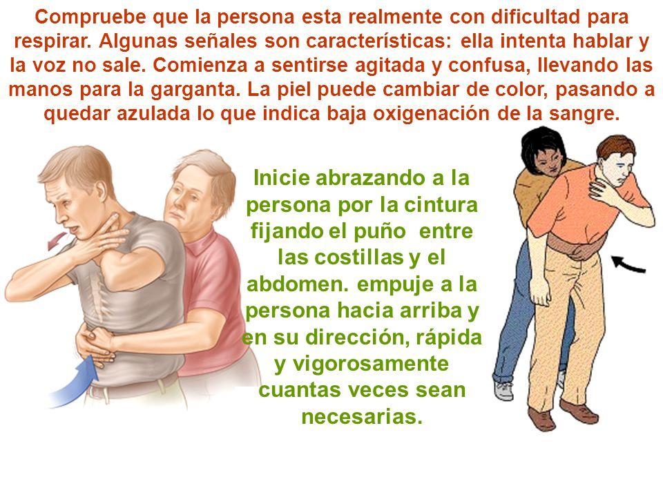 Inicie abrazando a la persona por la cintura fijando el puño entre las costillas y el abdomen. empuje a la persona hacia arriba y en su dirección, ráp