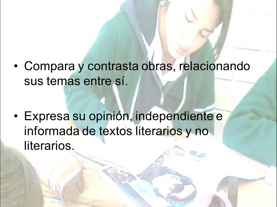 Produce trabajos en los que utiliza recursos literarios y no literarios en función del contexto y la intención.