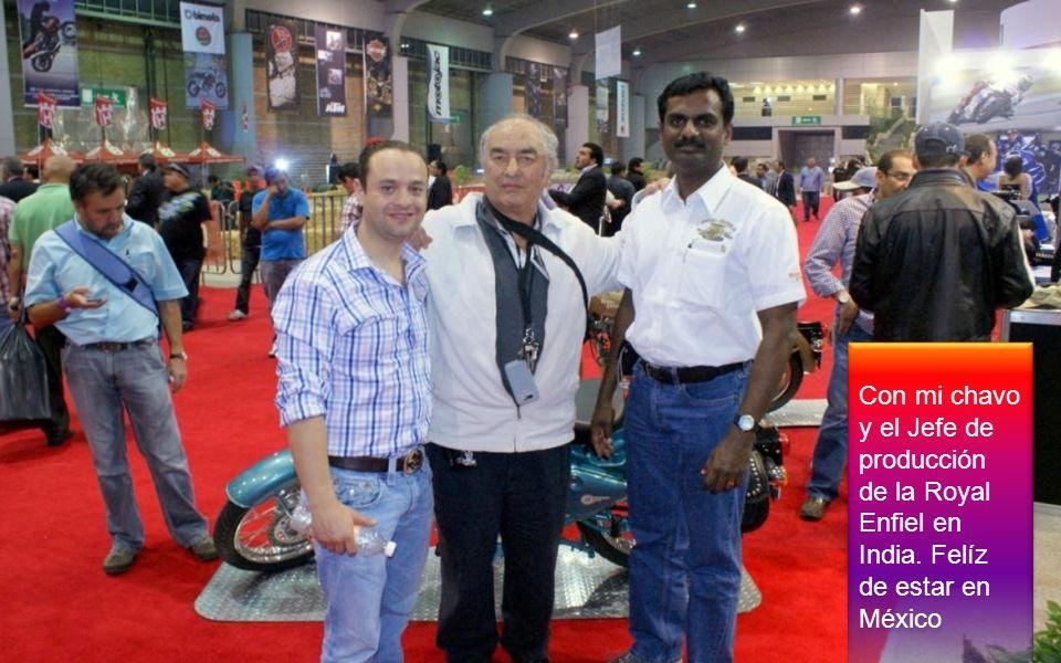 Con mi chavo y el Jefe de producción de la Royal Enfiel en India. Felíz de estar en México