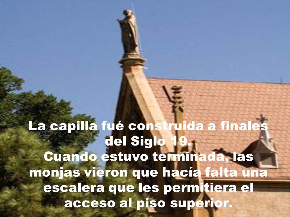 Lo que hace diferente a ésta capilla de todas las demás es el mítico personaje de un supusto milagro ocurrido en ella y una escalera.